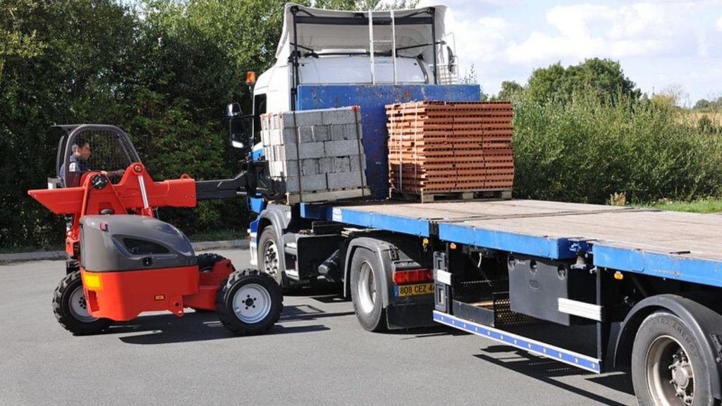 Used truck-mounted forklift unloading building materials truck-mounted forklifts for sale