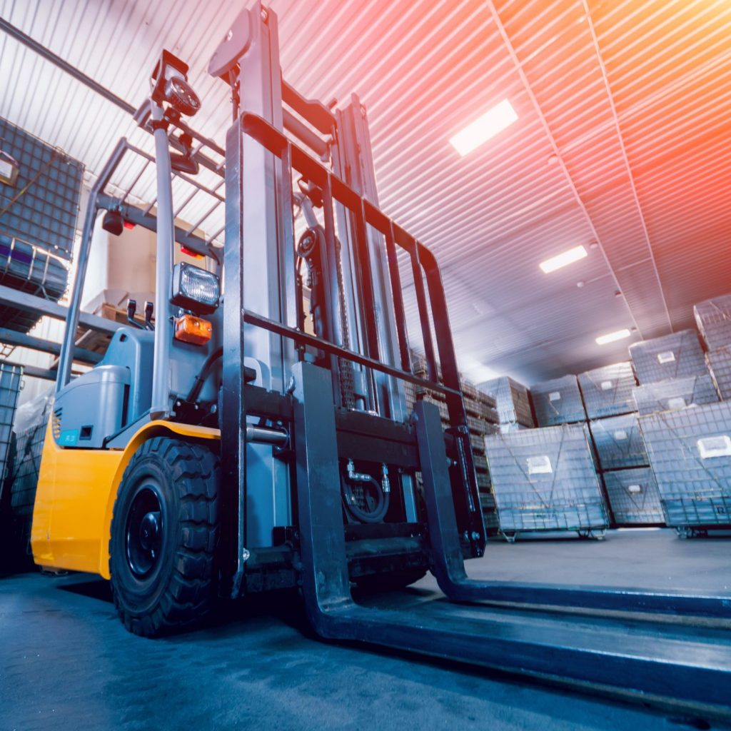 Warehouse lift with forklift accessories that shift the tines horizontally