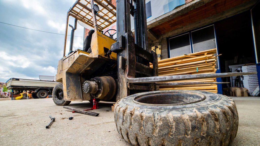 Changing forklift tires