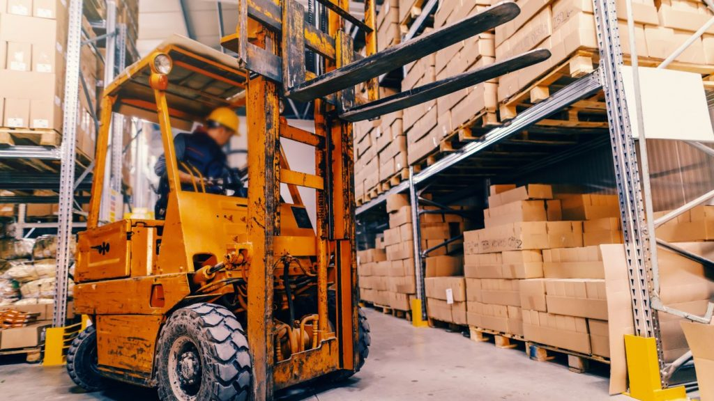 A truck with a good forklift mast height and forklift mast in a warehouse.
